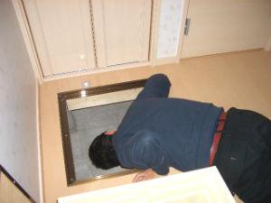 床下収納庫から床下の検査